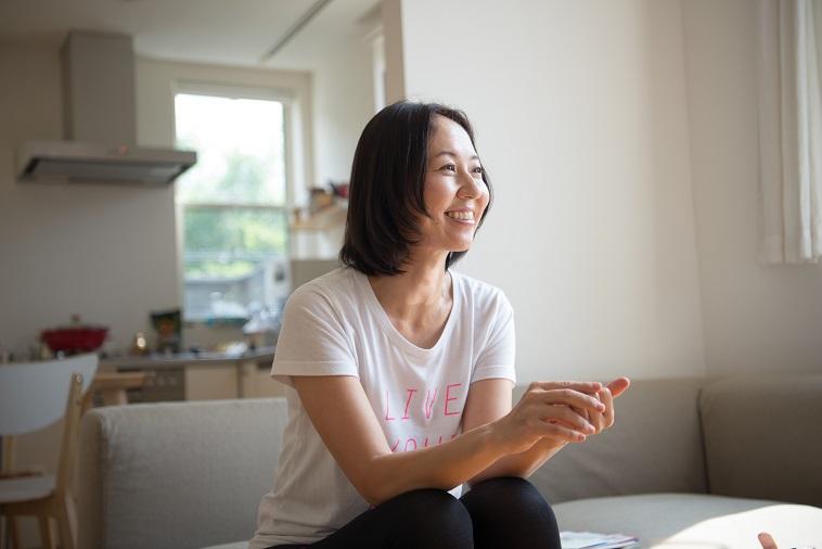 【写真】笑顔でインタビューに答えるよしおかまこさん