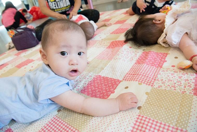 【写真】エクササイズ教室で寝ている赤ちゃん