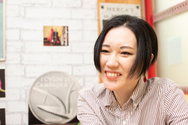 【写真】笑顔でインタビューに答えるみやざきあすかさん
