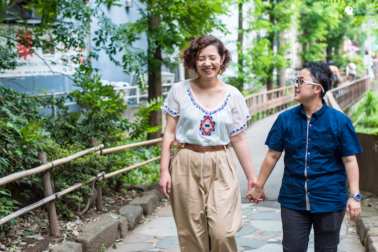 【写真】街道を笑顔で手を繋いで歩くはままつこうさんとみきさん