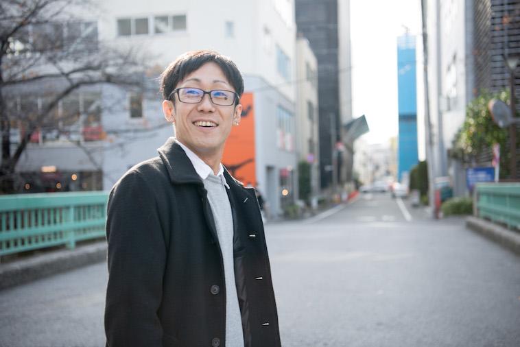 【写真】街頭で、明るい表情でどこかをみつめるいちかわえんさん