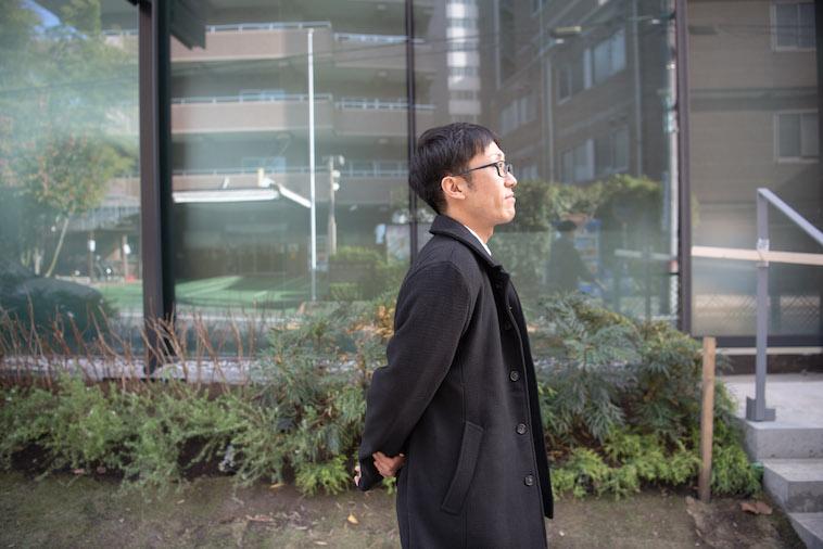 【写真】街頭を歩くいちかわえんさん