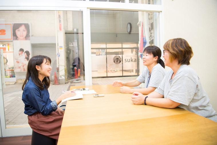 【写真】インタビューに応えるごほんぎさんとよしださん。話を聞きながら笑みを浮かべるソア取材班。