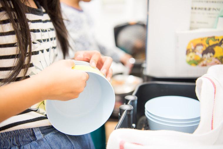【写真】自ら皿洗いをするこどもたち。