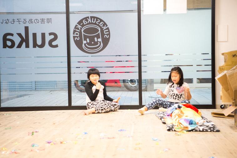 【写真】床に座り、思い思いに過ごす子供たち。のびのびと過ごしている。