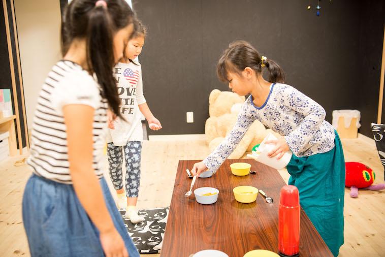 【写真】テーブルにお皿やスプーンを自発的に並べるこどもたち