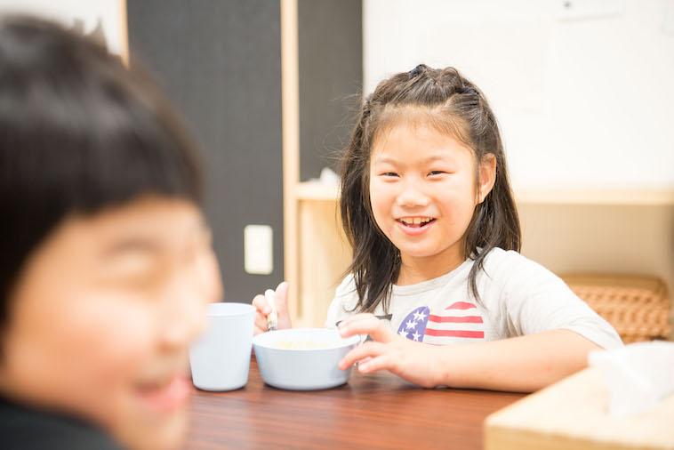 【写真】嬉しそうにデザートを食べるうららちゃん。