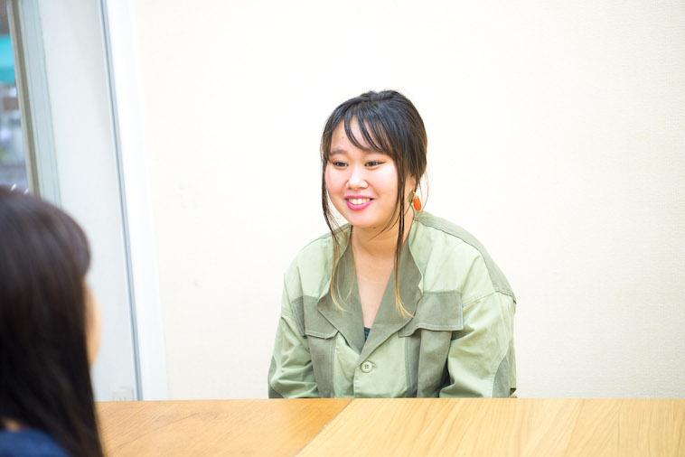 【写真】インタビューに応えるれなちゃんのお母さん。