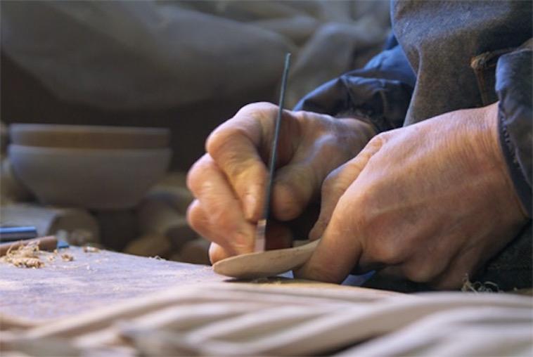 【写真】スプーンを手作業で成型するおおさわかずよしさんの手元