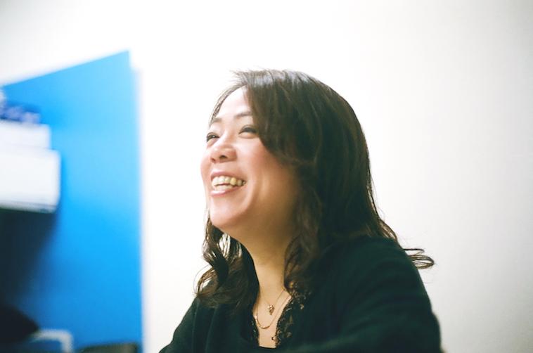 【写真】笑顔でインタビューに答えるなかむらすえこ