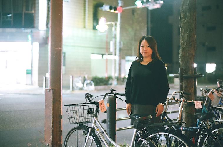 【写真】夜の街に堂々と立っているなかむらすえこさん