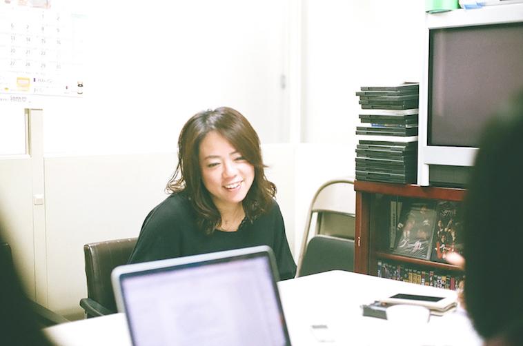 【写真】微笑んでインタビューに答えるなかむらすえこさん
