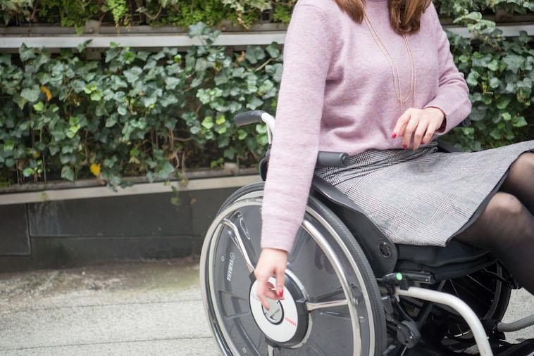 【写真】街頭で車椅子に座るうめつえりさん