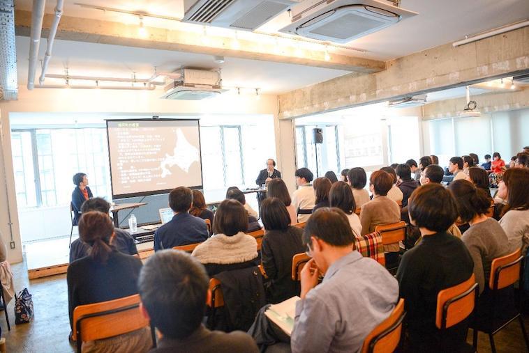 【写真】満員の会場。参加者の方は真剣な様子で話を聞いている