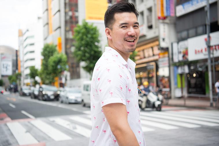 【写真】街頭を笑顔で歩くしょうごさん