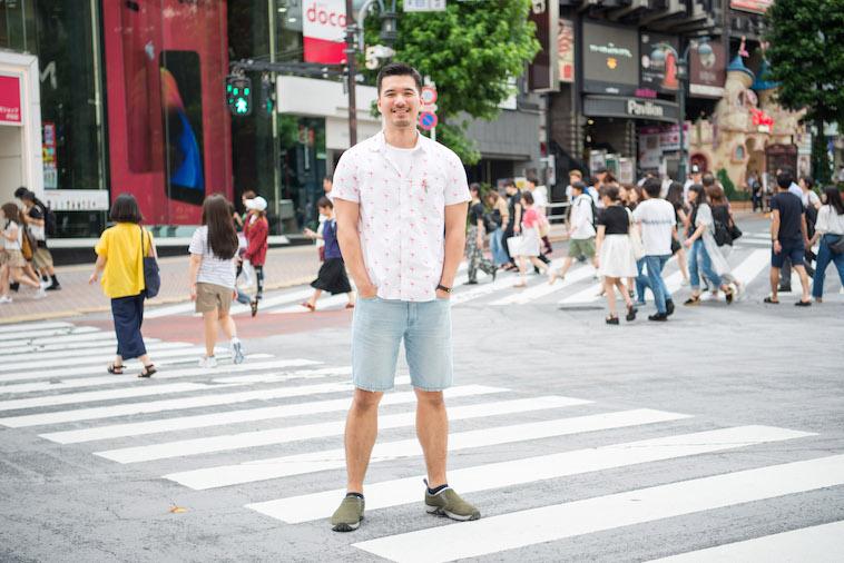 【写真】人の多い交差点で笑顔で立っているしょうごさん