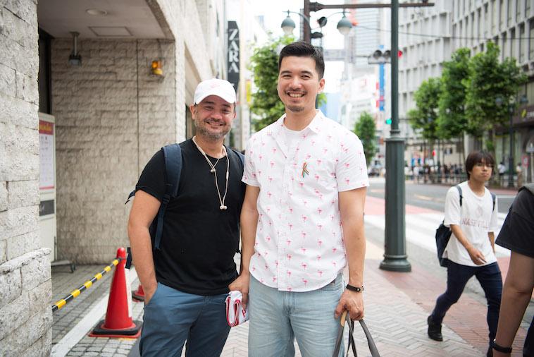 【写真】街頭で笑顔で立つしょうごさんと、ミスターゲイジャパン事務局のじょーじさん