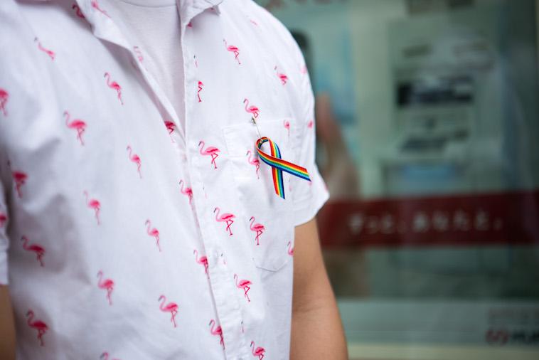 【写真】しょうごさんの胸元には、えるじーびーてぃの尊厳と社会運動を象徴するレインボーカラーでできたバッジがつけられている。