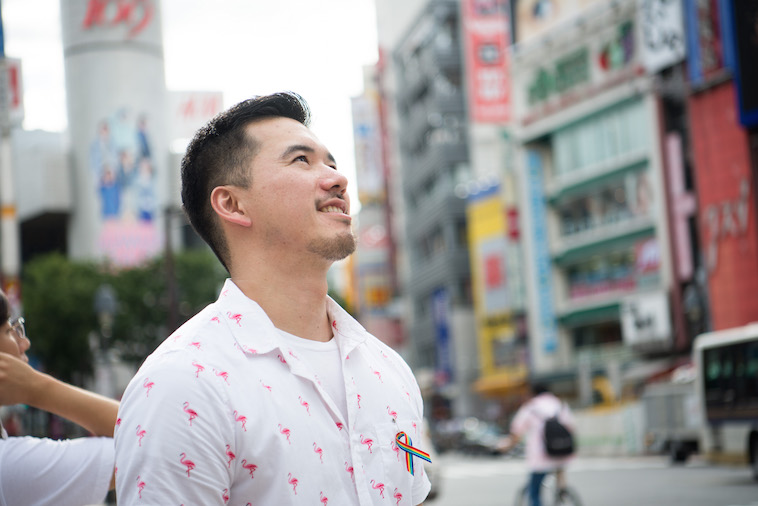 【写真】街頭で空をみあげるしょうごさん