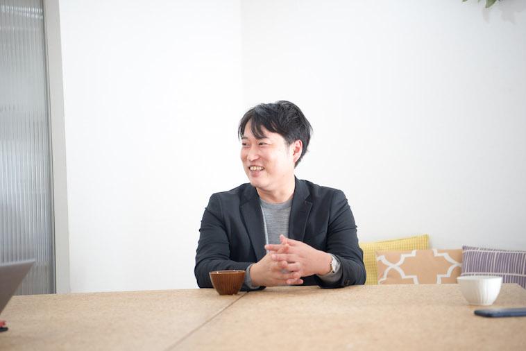 【写真】笑顔でインタビューに答えるとうどうやすひろさん