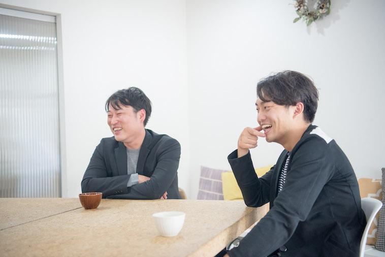 【写真】笑顔でインタビューに答えるとうどうやすひろさんとすずきゆうへい