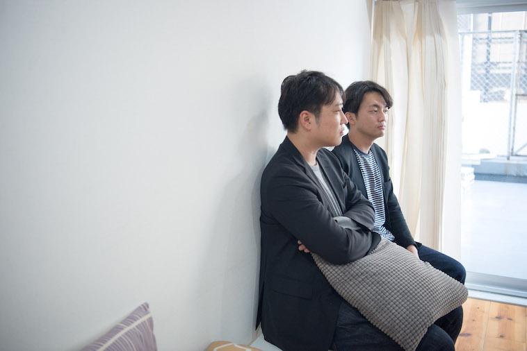 【写真】真剣な表情でインタビューに答えるとうどうやすひろさんとすずきゆうへい