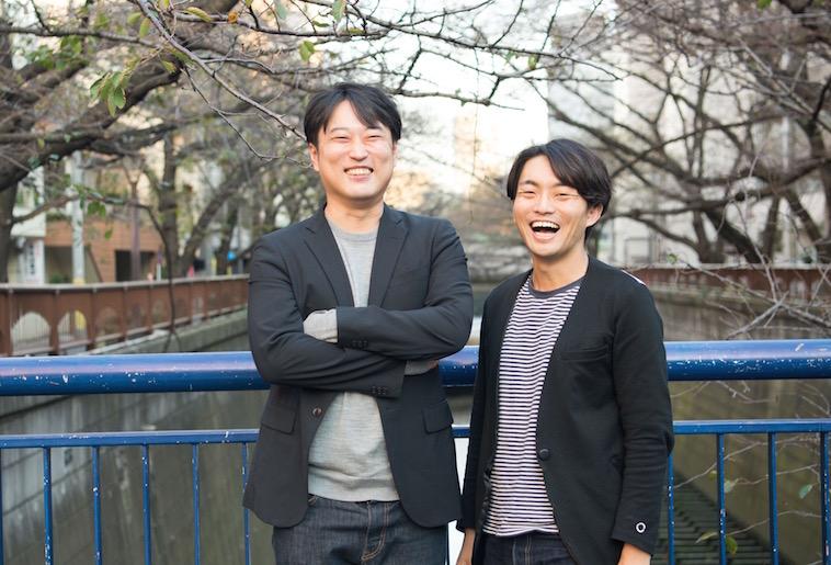【写真】笑顔で立っているとうどうやすひろさんとすずきゆうへい