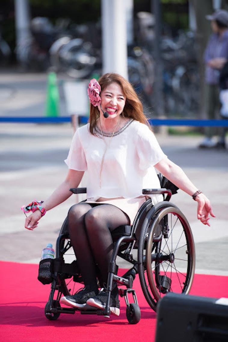 【写真】車椅子にのり笑顔でパフォーマンスをしているうめつえりさん。とても楽しそうだ