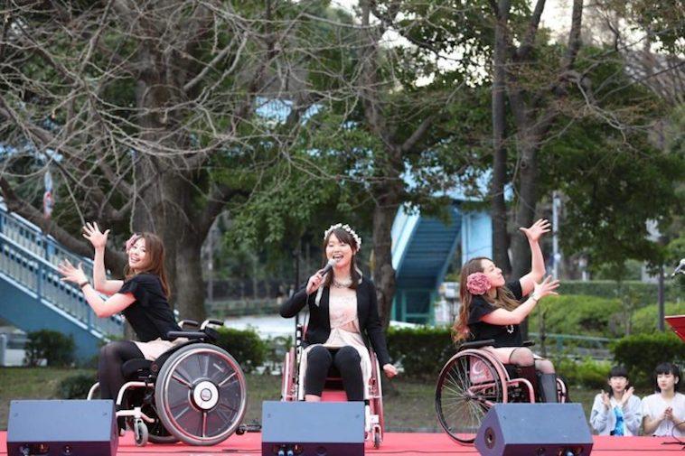 【写真】車椅子でダンスパフォーマンスをするびよんどがーるずのメンバーたち