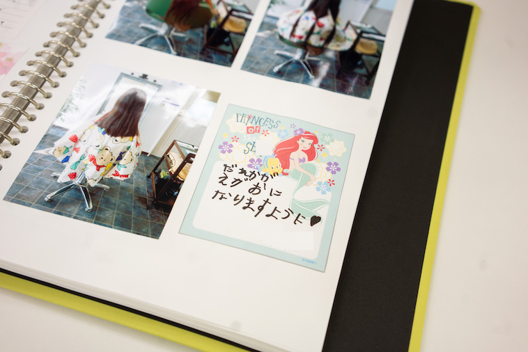 【写真】ヘアドネーションをした女の子が送ったカット前の写真と、「だれかがえがおになりますように」と書かれたメッセージが添えられたカード