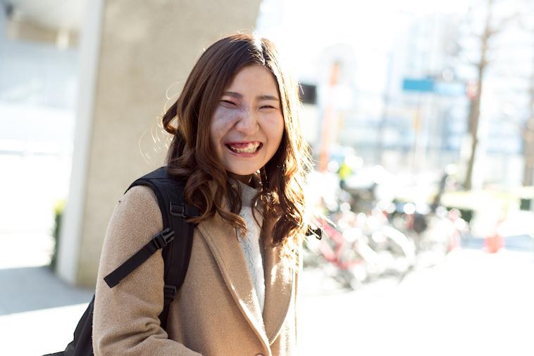 【写真】街頭で満面の笑みをみせるあやさん