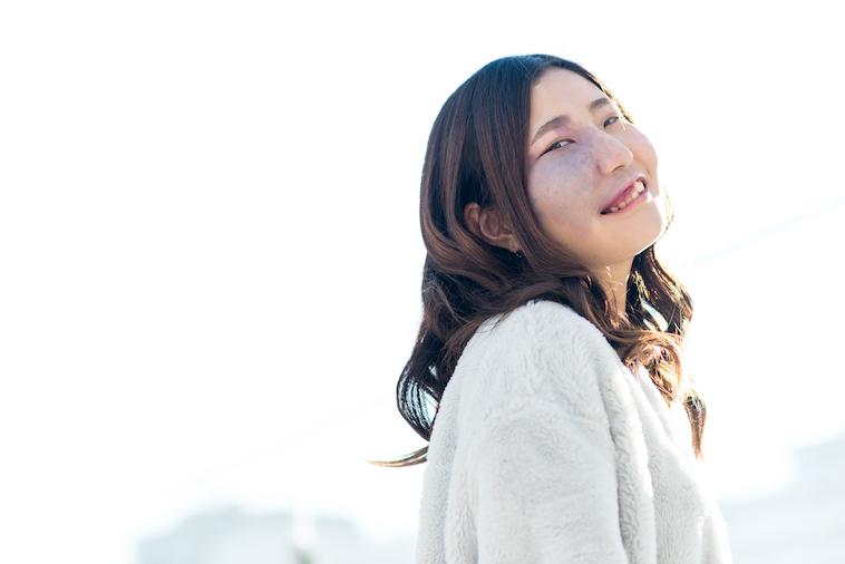 【写真】明るい日差しの中で笑顔をみせるあやさん