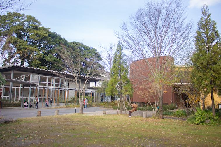 【写真】学園内にある広場。芝生があり、広々としている。