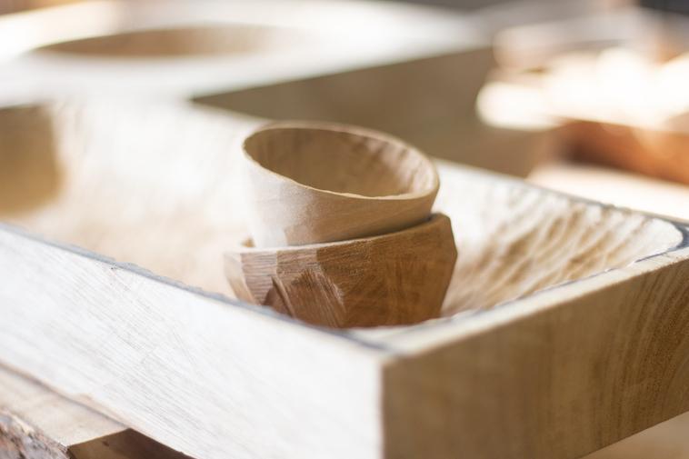 【写真】利用者が彫った木の器。ぬくもりを感じられる。