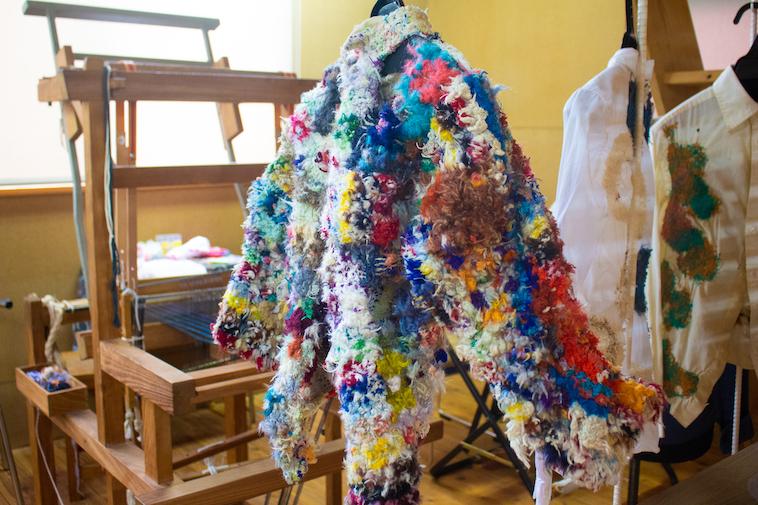 【写真】さまざまな色の糸が縫い込まれたシャツ。