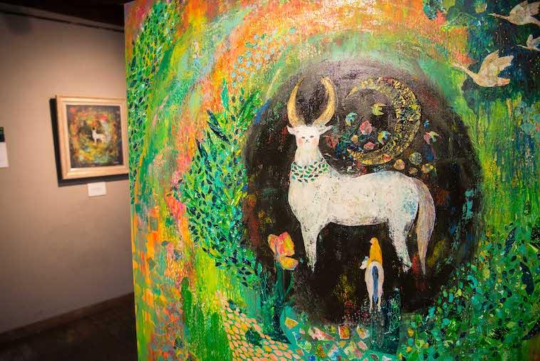 【写真】森の動物や植物が描かれたいしきさんの作品