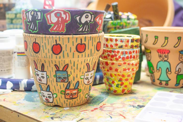 【写真】木の器に利用者が描いた絵が絵具で書かれている。同じものは一つとしてない。