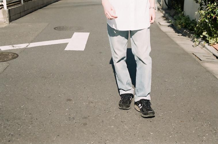 【写真】外を歩いている男性の姿がうっている