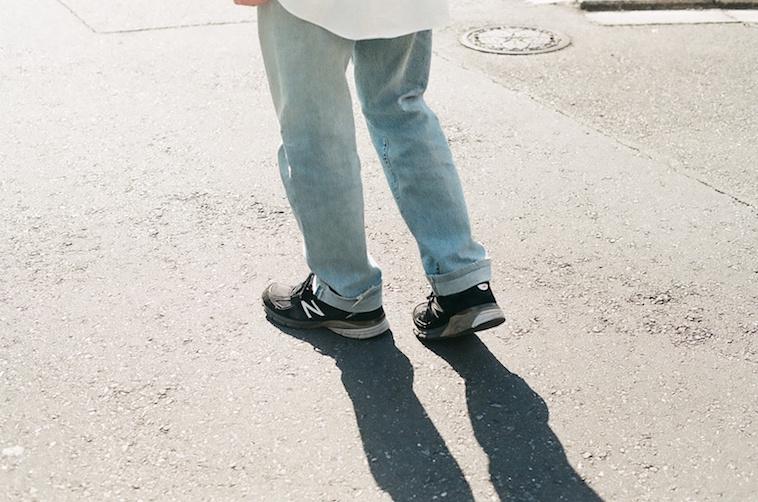 【写真】外を歩く男性の後ろ姿がうつっている