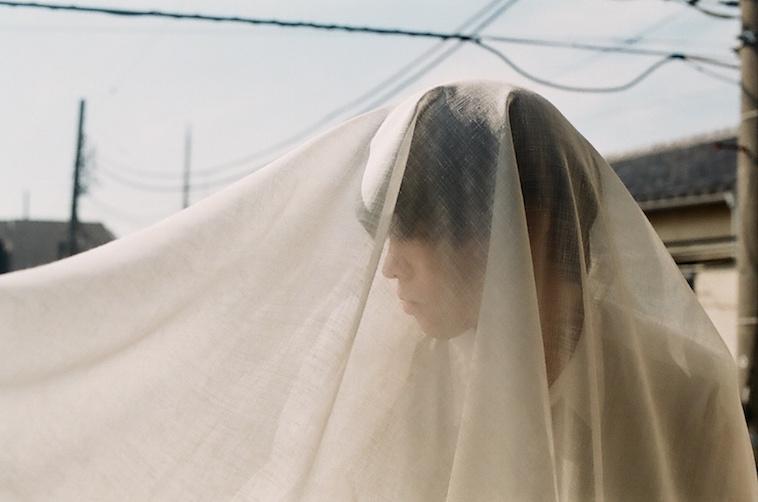 【写真】布をかぶった男性がうつっている