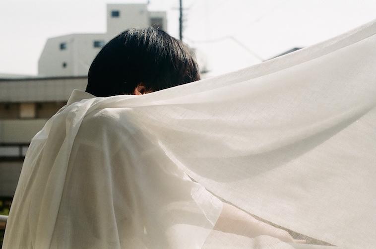 【写真】布で顔を隠した男性がうつっている