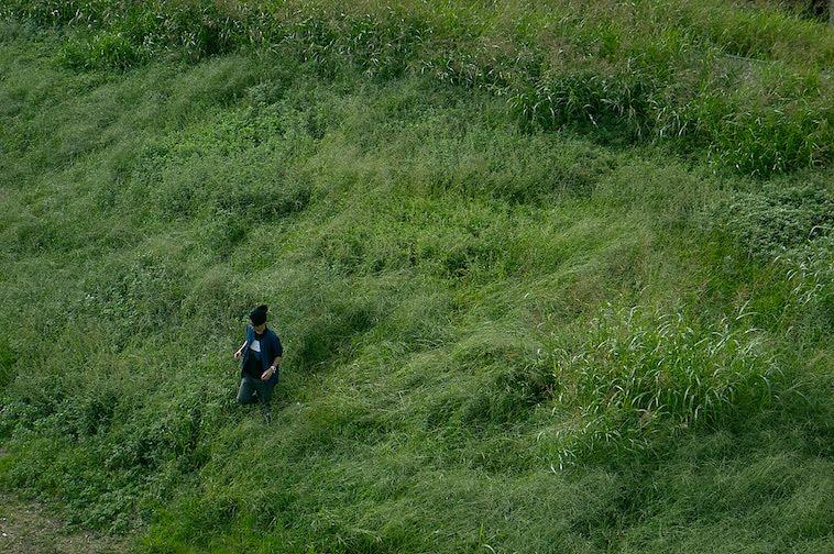 【写真】芝生に立つかないつかさん