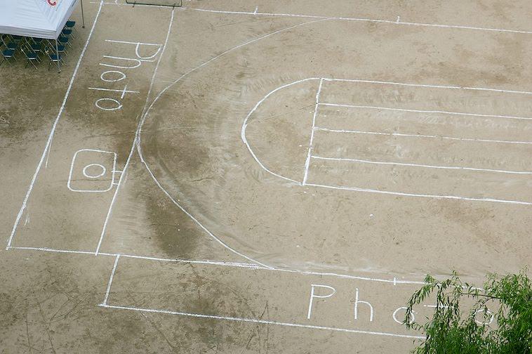 【写真】屋上からみた学校の校庭の写真