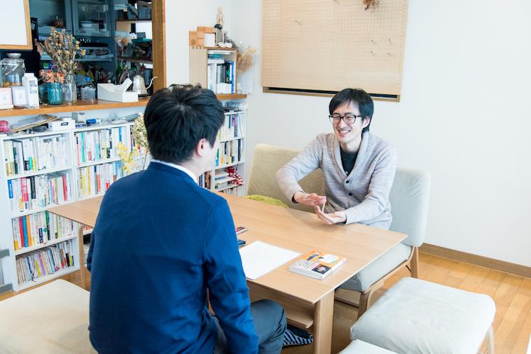 【写真】微笑んでインタビューに答えるおばたかずきさんとライターのいがらしだいさん