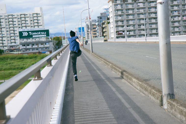 【写真】街頭を全力疾走するかないつかさん