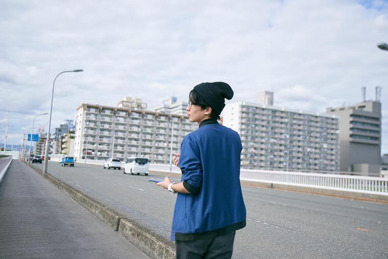 【写真】街頭を歩くかないつかさん
