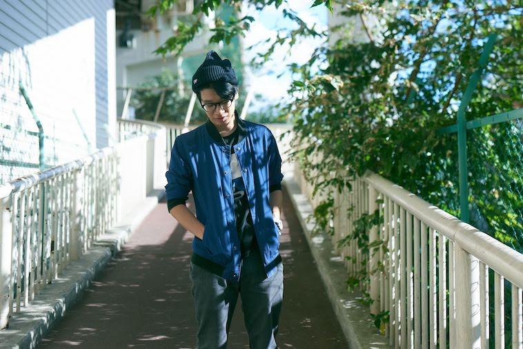 【写真】明るい日差しがさしこむ街頭を歩くかないつかさん