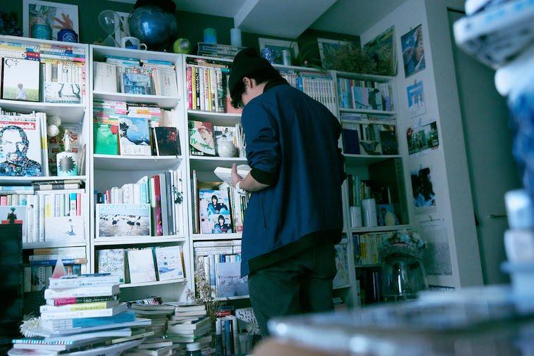 【写真】本屋さんで本を読むかないつかさん