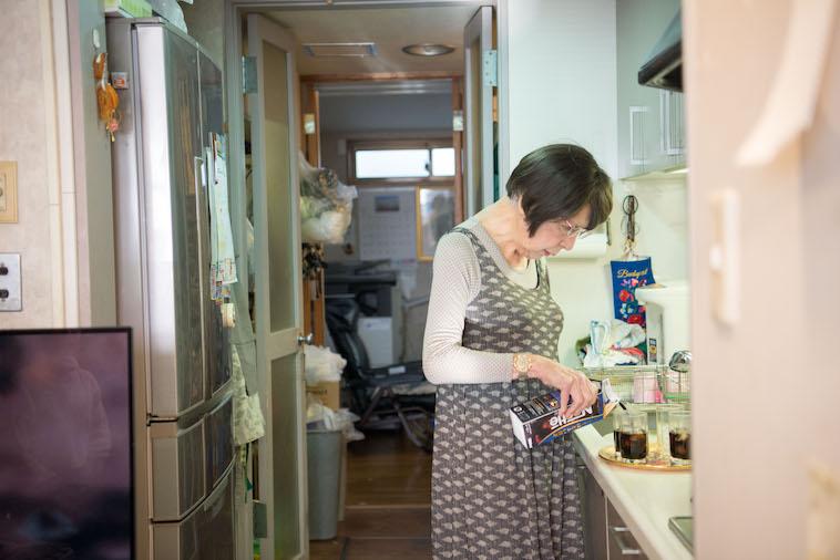 【写真】台所でコーヒーを入れているやしろみゆきさん