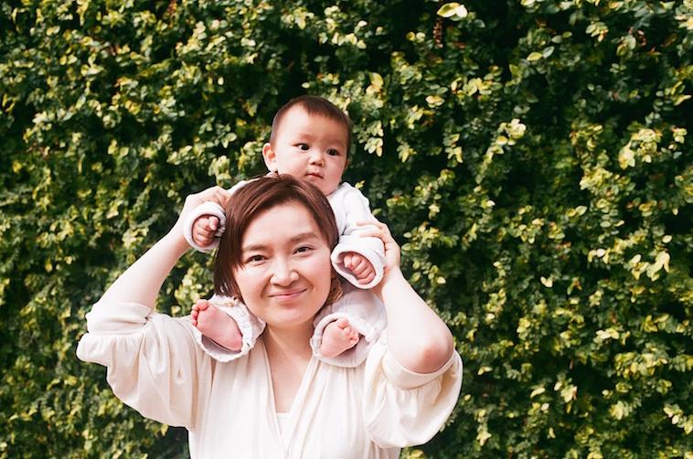 【写真】笑顔で赤ちゃんを肩車しているたむらまなさん